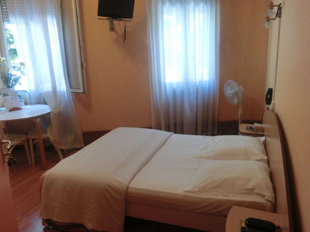 Chambre 4 fen tre h tel terminus albi for Chambre hotel sans fenetre